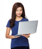 Uso della giovane donna del computer portatile Immagini Stock Libere da Diritti