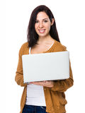 Uso della giovane donna del computer portatile Fotografie Stock
