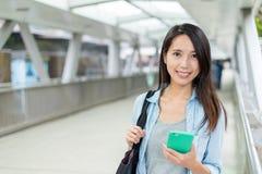 Uso della giovane donna del telefono cellulare alla via Fotografia Stock
