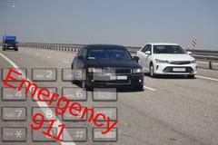 Uso di chiamata d'emergenza dal telefono Incidenti stradali ed emergenza di concetto Fine in su fotografie stock