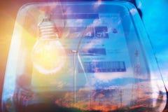 Uso di misurazione di potere del misuratore di potenza elettrico con la lampadina watt fotografia stock libera da diritti