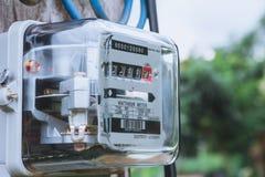 Uso di misurazione di potere del misuratore di potenza elettrico Watt-ora m. elettrica fotografia stock