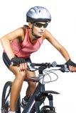 Uso di riciclaggio femminile professionale del mountain bike di guida dell'atleta Fotografie Stock Libere da Diritti