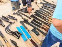 Uso di vario stile dei coltelli del metallo il multi nell'agricoltura ed in cucina è fatto a mano d'acciaio della campagna in Tai fotografia stock