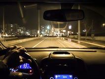 Uso do carro na estrada da noite volante da terra arrendada do homem no carro fotografia de stock royalty free