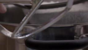 Uso do cozinheiro chefe o açúcar pulverizado vídeos de arquivo