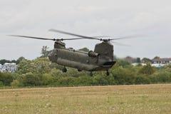 Uso do exército britânico de Chinook Helpicopter que aterra em RAF Fairford para a exposição de ar vermelha das setas Imagem de Stock