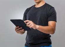 Uso do homem da tabuleta digital Fotos de Stock Royalty Free