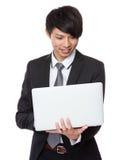 Uso do homem de negócios do laptop Fotografia de Stock