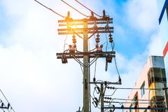 Uso do polo de alta tensão e da energia elétrica na cidade fotografia de stock royalty free