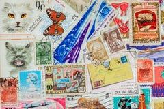 Uso do punhado os selos postais usados velhos impressos Textura Para o teste padrão, papel de parede, projeto da bandeira, fundo Fotos de Stock