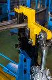 Uso dos dispositivos bondes dos gabaritos para soldar foto de stock