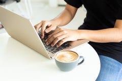 Uso dos povos do computador trabalhar para a conveniência, documento eletrónico, email Uso da imagem para o conceito da tecnologi imagem de stock royalty free