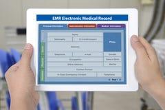 Uso electrónico del informe médico en la pantalla digital i de la tableta fotografía de archivo libre de regalías