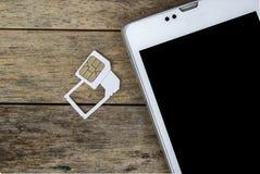 Uso elegante del teléfono con la tarjeta micro del sim por el adaptador y la tarjeta normal del sim Imagen de archivo libre de regalías
