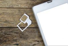 Uso elegante del teléfono con la tarjeta micro del sim por el adaptador y la tarjeta normal del sim Foto de archivo libre de regalías