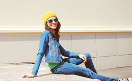 Uso grazioso felice della giovane donna occhiali da sole e vestiti dei jeans Fotografia Stock
