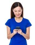 Uso hermoso de la mujer del teléfono móvil Foto de archivo libre de regalías