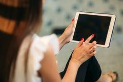 Uso hermoso joven de la muchacha un ordenador portátil durante una rotura en el trabajo Día asoleado del verano  foto de archivo libre de regalías