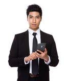 Uso indio mezclado chino del hombre de negocios del teléfono móvil foto de archivo