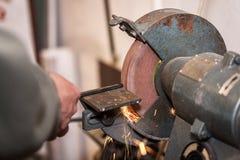 Uso industrial do trabalhador do metal a máquina de moedura fotos de stock