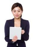 Uso joven de la empresaria de la PC de la tableta imágenes de archivo libres de regalías