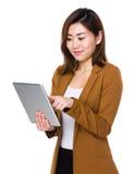 Uso joven de la empresaria de la PC de la tableta foto de archivo libre de regalías