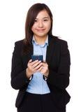 Uso joven de la empresaria del teléfono móvil Fotografía de archivo libre de regalías