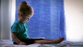 Uso lindo del bebé un Tablet PC, finger de los tactos almacen de metraje de vídeo