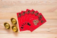 Uso rojo chino del sobre en festival chino del Año Nuevo en de madera Fotos de archivo