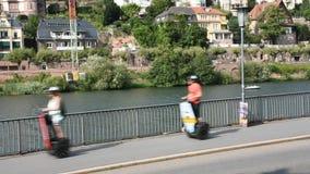 Uso Segway dos viajantes para a excursão em torno da cidade de Heidelberg em Alemanha filme