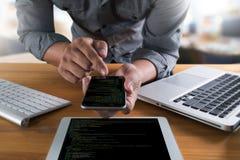 Uso Softw de Team Working Laptop Computer Mobile del desarrollador imagen de archivo libre de regalías