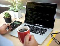 Uso Softwa de Team Working Laptop Computer Mobile del desarrollador foto de archivo