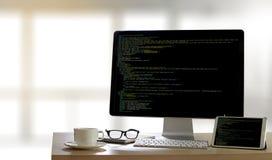 Uso Softwa de Team Working Laptop Computer Mobile del desarrollador fotos de archivo libres de regalías