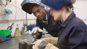 Uso TIG Welding Machine di Teaching Apprentice To dell'ingegnere stock footage
