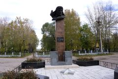 Usolye,俄罗斯10月5日2017年:对苏联的飞行员和英雄的纪念碑 免版税库存图片