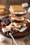 Usos hechos en casa del ` de la melcocha s con el chocolate en las galletas fotografía de archivo libre de regalías
