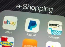 Usos para las e-compras en una exhibición de la retina del iPad de Apple fotografía de archivo