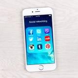 Usos sociales del establecimiento de una red en una exhibición del iPhone 6 Fotos de archivo libres de regalías