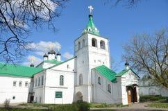 Uspenskaya教会在Aleksandrovskaya Sloboda,弗拉基米尔地区,俄罗斯的金黄圆环 免版税库存图片