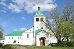 Uspenskaya教会在Aleksandrovskaya Sloboda,弗拉基米尔地区,俄罗斯的金黄圆环 免版税库存照片