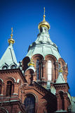 Uspenski大教堂在强的阳光下在芬兰首都赫尔辛基 免版税库存照片