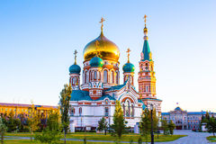 Uspenskiy Sobor i staden Omsk royaltyfri bild