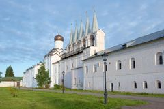 Uspensky修道院的钟楼在多云9月早晨 Tikhvin,俄罗斯 库存图片