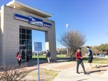 USPS商店门面入口在欧文,得克萨斯,美国 免版税库存图片
