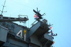 USS中途与美国国旗 库存照片