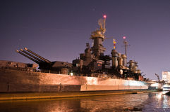 USS北卡罗来纳武库在晚上 免版税库存图片