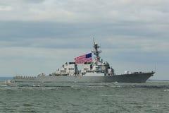 USS烈性黑啤酒美国海军的导弹驱逐舰在船期间游行的舰队星期2015年 库存图片