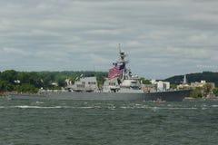 USS烈性黑啤酒美国海军的导弹驱逐舰在船期间游行的舰队星期2015年 图库摄影