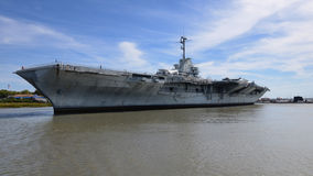 USS约克镇在查尔斯顿港口 库存照片